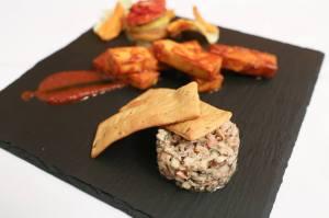 Steak de tofu BBQ, tartare de champignons et ses craquelins, étagé de légumes d'automne.
